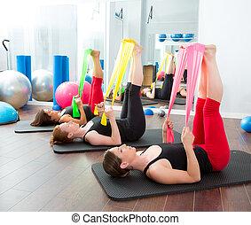 aerobics, pilates, vrouwen, met, rubberbanden, in een rij