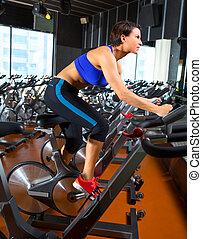 aerobik, spinnen, frau, übung, workout, an, turnhalle