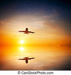 aeroplano decolla, a, sunset., silhouette, di, uno, grande, passeggero, o, aereo carico, linea aerea, flying., astratto, acqua, riflessione., trasporto