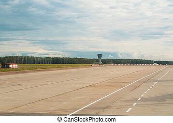 aeropuerto, pista, con, un, bosque, en, el, plano de fondo, en, nublado, day.