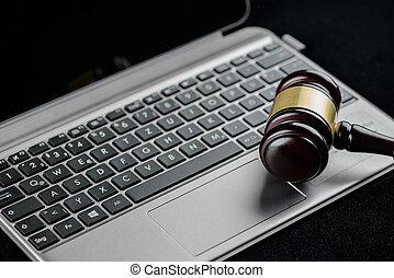 af træ, dommere, gavel, på, en, computer, keyboard., cyber, lov, og, forbrydelse