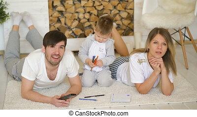 afbeelding, trekken, kamer, levend, tv, horloge, vader, zoon, hun, terwijl, moeder, man