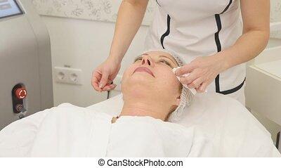 afbeelding, van, mooi, schoonheidspecialist, doen, rf-lifting, procedure, voor, vrouw, het bepalen, in, een, knapheid salon
