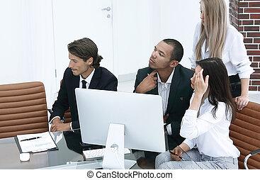 affär, grupp, lyssnar, till, den, rapport, av, den, chef, in, kontoren