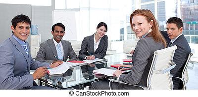 affär, grupp, visande, etnisk mångfald, le, hos, den, kamera