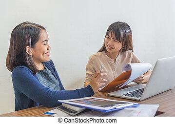 affär, två, konversation, workplace, leende glada, ha, kvinnor