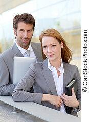 affärsfolk, arbete, utanför, på, elektronisk, kompress