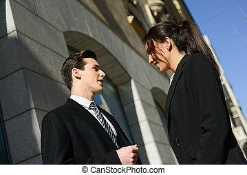 affärsfolk, företag, arbete, talande, utanför, par, anläggning.
