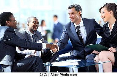 affärsfolk, hand skälv, fulländande, uppe, a, möte