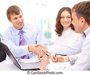 affärsfolk, räcker, skakande, uppe, fulländande, möte
