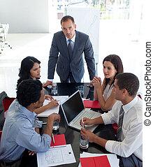 affärsfolk, studera, a, ny affärsverksamhet, plan