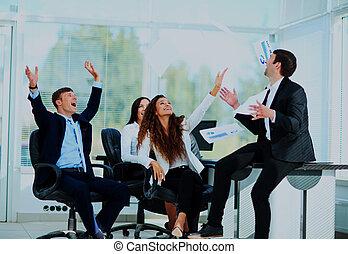 affärsfolk, upphetsade glada, le, kasta, dokument, fluga, in, luft.