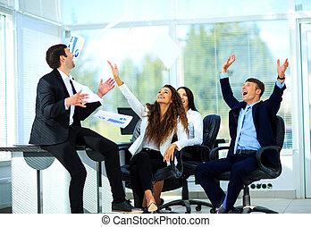 affärsfolk, upphetsade glada, le, kasta, papper, dokument, fluga, i luft