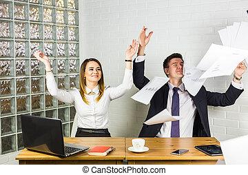 affärsfolk, upphetsade glada, le, kasta, papper, dokument, fluga, i luft, businesspeople, sittande, hos, ämbete skrivbord, fäste lämnar, havsarm uppe, framgång, lag, begrepp, efter, underteckna, avtal