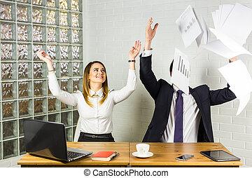 affärsfolk, upphetsade glada, le, kastande, papper, dokument, fluga, i luft, framgång, lag, begrepp