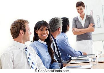 affärsfolk, visande, etnisk mångfald, in, a, möte