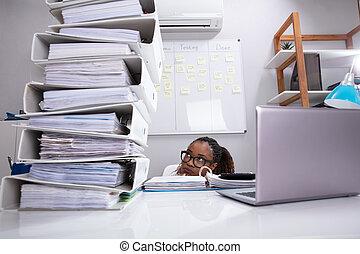affärskvinna, bak, nederlag, skrivbord