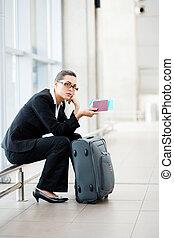 affärskvinna, flygplats, väntan, ung