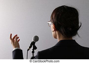 affärskvinna ge en förevisning, eller, anförande