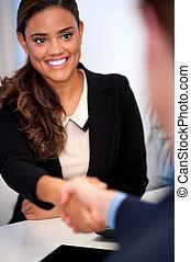affärskvinna, hand skälv, med, a, klient