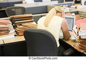 affärskvinna, in, bås, med, laptop, och, buntar, av,...