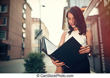 affärskvinna, läsning, utanför