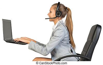 affärskvinna, laptop, maskinskrivning, hörlurar med mikrofon, tangentbord