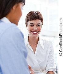 affärskvinna, le, attraktiv, kamera