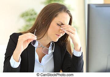 affärskvinna, lidande, eyestrain, hos, kontor