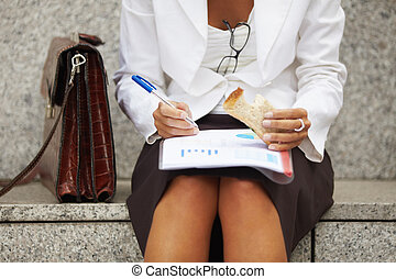 affärskvinna, sandwich, äta