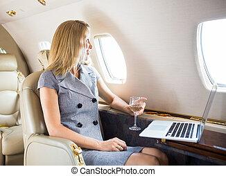 affärskvinna, se till och med fönster, av, menig jet