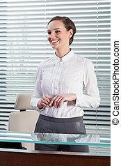 affärskvinna stå, in, kontor