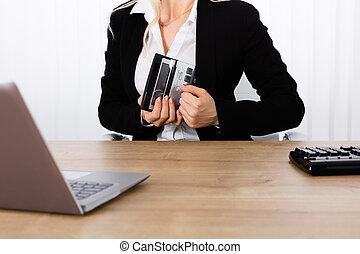 affärskvinna, stöld, a, räknemaskin