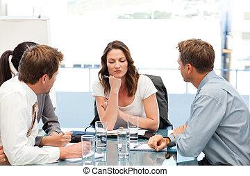 affärskvinna, tankfull, bord, lag, henne