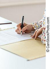 affärskvinna, underteckna, närbild, avtal