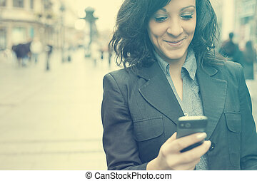 affärskvinna, vandrande, smartphone, gata