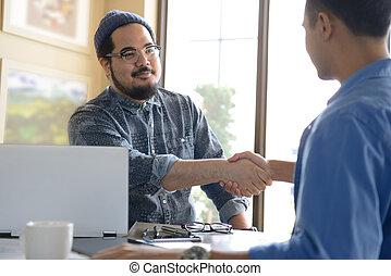 affärsmän, hand skälv, för, affär, överenskommelse, in, kontor