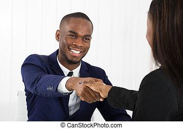 affärsman, amerikan, klient, handshaking, afrikansk