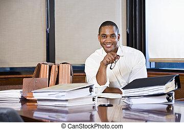 affärsman, amerikan, läsning, dokument, afrikansk