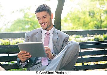 affärsman, användande, kompress, dator, utomhus