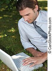 affärsman, arbete, utanför, på, laptop