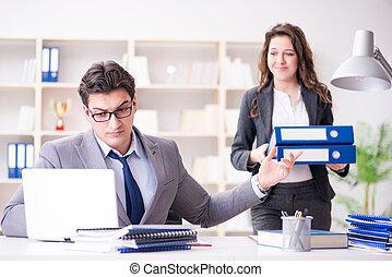 affärsman, be om, för, skrivbordsarbete, från, hans, assistent, sekreterare