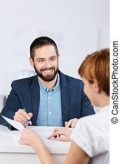 affärsman, förklarande, dokument, till, bolag arbetare