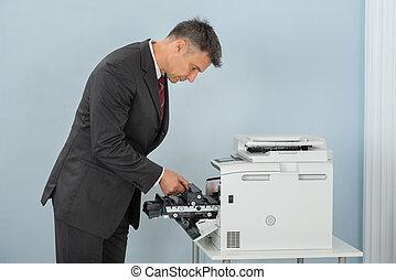 affärsman, fixa, kassett, in, skrivare, maskin, hos, kontor