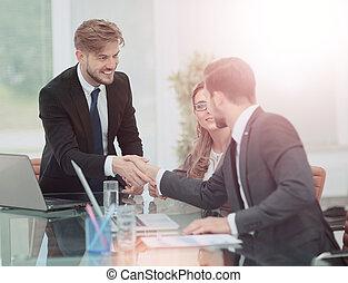 affärsman, hand skälv, till, hans, partner