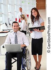 affärsman, in, rullstol, med, assistent, in, kontor