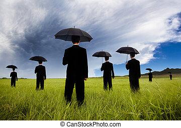 affärsman, in, svarting passa, räcka beskydda, och, hålla ögonen på, den, oväder, kommande