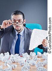affärsman, kastande tidning, bort