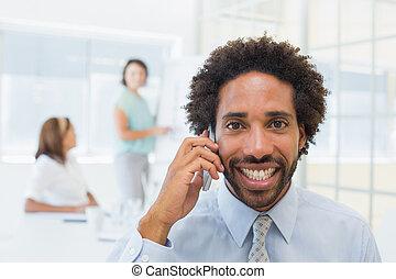 affärsman, kolleger, rop, le, kontor