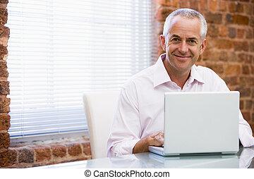 affärsman, laptop, le, kontor, sittande